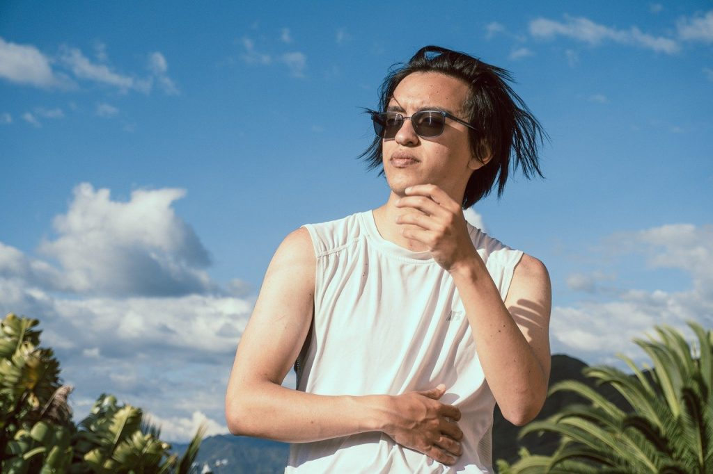 Junger Mann mit Sonnenbrille